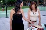 Η Άννα Σταματούκου (αριστερά) που αφηγήθηκε την Παρασκευή την ιστορία της Ούμι, της μικρής Ινδιάνας που μιλούσε με τη φύση.
